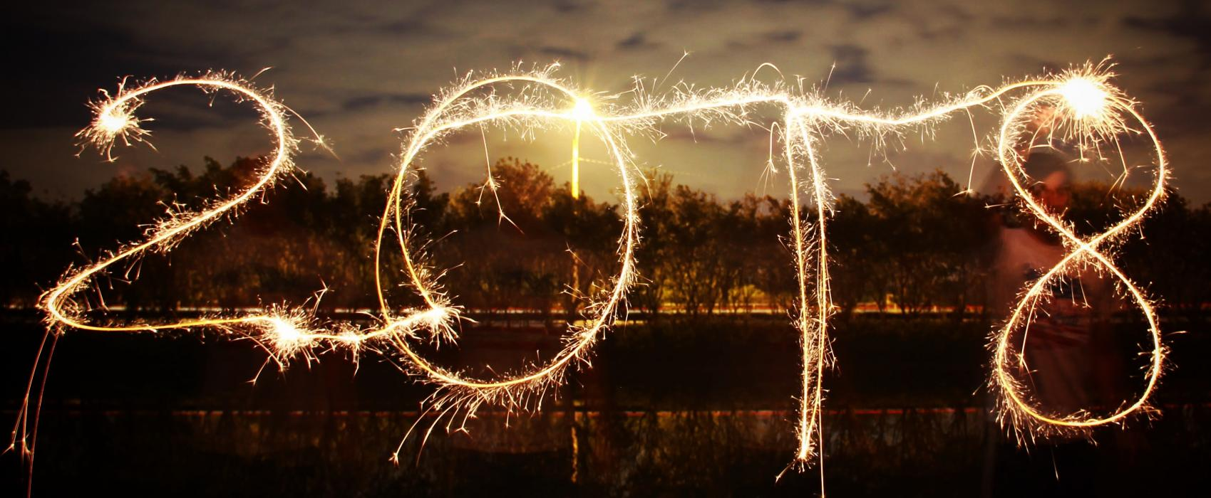 "Long-exposure photo of ""2018"" written in light"